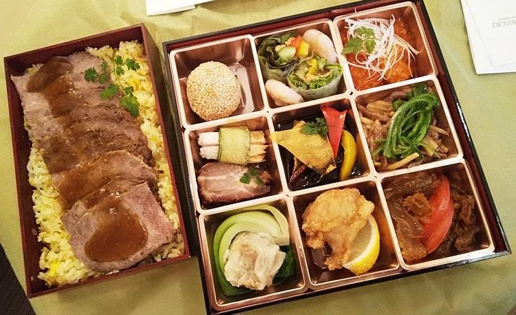ルスツスキー場 ホテルの食事 弁当 夕食 コロナウイルス対策 中華弁当 ローストビーフ
