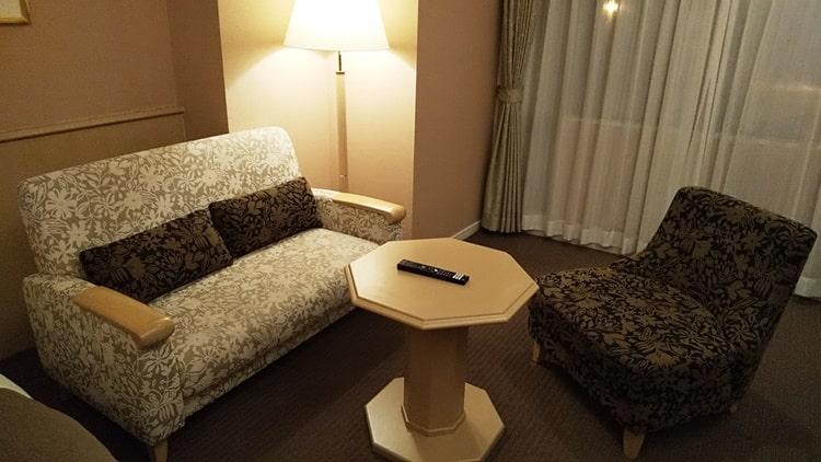 ルスツ,スキー場,ノース&サウスウイング,口コミ,部屋 ホテルのソファ